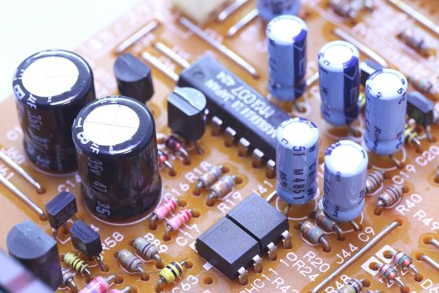 電子回路とコンデンサ(キャパシタ)の解説