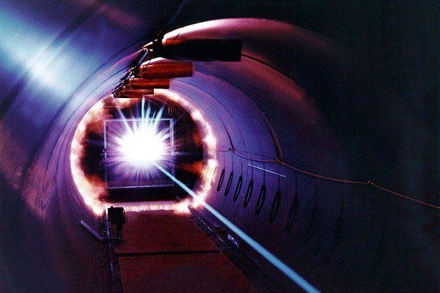3分でわかる技術の超キホン 「レーザ」とは?なぜレーザ光を光ファイバ通信の光源に使うのか?